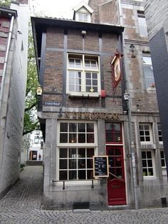 Smallest café of the Netherlands: De Moriaan. Stokstraat in Maastricht, Nederland