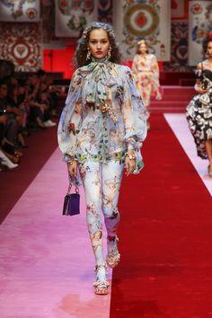 Dolce & Gabbana Summer 2018 Womenswear Fashion Show Fashion Line, Fashion 2020, Runway Fashion, High Fashion, Fashion Show, Womens Fashion, Fashion Trends, Dolce & Gabbana, Mode Outfits