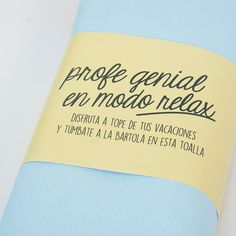 Detalle del packaging de la toalla para regalar a profesor.