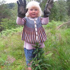 Ingvild ❤ klar for litt hagearbeid! / ready for some work in the garden  #instastrikk #instaknit  #strikktilbarn #oneofakind #norwegiandesign #norskdesign #håndlaget #handmade #knit #knitdesign #knitforkids #knitting #strikk #strikkedesign #svingekjole #alpakkaull #knitinwool #wool #designstrikk #DIY #medkjærlighetpåpinne #happykids #fashionforkids #knittinglove #knitaddict #igknit #igstrikk #strikkeavhengig #strikkedilla #chlarsen