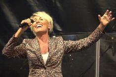 """Dana Winner tijdens de 34e editie van """"Live in Hasselt"""". Meer dan anderhalf uur met band heeft ze een geweldig concert gegeven, 26 mei 2018 op de Grote Markt. Foto genomen aan het einde van het lied """"One moment in time"""" te vinden op haar cd """"Puur""""."""