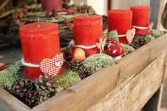 adventsgesteck auf wei er rinde rot wei landhaus von die mit den blumen tanzt auf dawanda. Black Bedroom Furniture Sets. Home Design Ideas