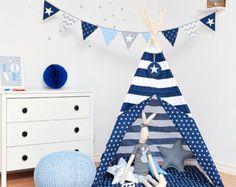 Das Tipi-Zelt ist ein hervorragendes Versteck für Ihr Kind für jede Jahreszeit. Wird sich perfekt in der Wohnung, auf der Terrasse, auf dem Balkon oder im Garten bewähren. Wird jeden Innenraum schmücken und ihm Gemütlichkeit verleihen.  Hat genug Platz für das Kind und einen der Eltern, der dem Kind Märchen zum Einschlafen lesen möchte.  Das Zelt ist leicht und man kann es sehr einfach zusammenlegen, kann also mühelos getragen und verstellt werden.  Aus zwei verschiedenfarbigen Stoffen…