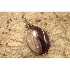 Bijou en pierre d'améthyste mise en cage avec fil d'acier inoxydable, glissée sur chaîne d'acier inoxydable.  Création de bijoux cou de cœur artisanaux fabriqués au Québec.