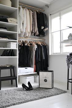 Vår walk in closet:) Som blev sååå mycket bättre och bonad med matta:) Saknas en fönsterbräda för lite grönt och snygg...
