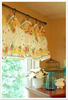 レトロな花柄カフェカーテンを飾れば、お部屋の中も明るい雰囲気。まるでお花畑のよう。季節に合わせてカフェカーテンも模様替えしてみるのもgoodです。
