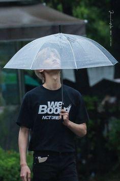 Jaemin- I think this umbrella has a hole😁 Taeyong, Jaehyun, Nct 127, J Pop, Winwin, Ntc Dream, Nct Dream Jaemin, Jisung Nct, Huang Renjun