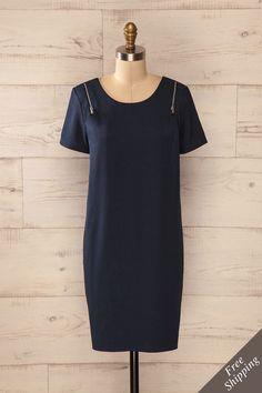 Les accents métalliques s'adoucissent dans le voile drapé. The metal accents soften in the draped veil. Navy blue zipper accent shift dress www.1861.ca