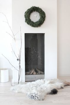 Details - An essential fireplace (Noel, Minimalism, Natural Light) Home Fireplace, Fireplace Design, Fireplaces, Tall Fireplace, Modern Fireplace, Simple Christmas, All Things Christmas, Cosy Christmas, Minimalist Christmas