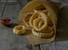 Irresistibly crispy and delicious oven-baked onion rings! No special kitchen tools needed to make these low-fat onion rings! Vegan Appetizers, Vegan Snacks, Vegan Recipes, Vegan Food, Appetizer Recipes, Malta, Baked Onion Rings, Wheat Free Recipes, Small Meals