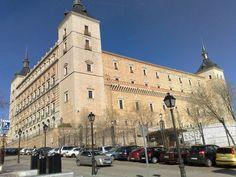 l'Alcazar de TOLEDE était une forteresse des musulmans andalous à l'époque califale . De nos jours, l'édifice accueille la Bibliothèque de Castille-La Manche et le Musée de l'Armée.