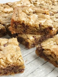 The best blondies are a chewy, soft-baked cookie bar loaded with chocolate chips! These blondies bake in one pan and are so simple to make. Candy Recipes, Sweet Recipes, Cookie Recipes, Dessert Recipes, Popcorn Recipes, Bar Recipes, Caramel Chocolate Chip Cookies, Chocolate Chip Recipes, Chocolate Chips