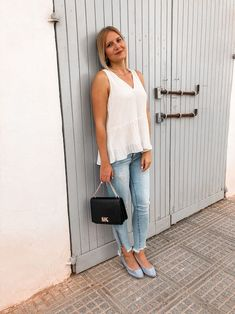 Weiße Bluse im Sommer kombinieren Heutiges Outfit, Bluse Outfit, Denim Look, Streetstyle, Outfits, Sporty Chic, Sleeveless Blouse, Styling Tips, Outfit Ideas