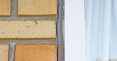 Mørtelfuger omkring vinduer skal være lavet helt korrekt, hvis du vil undgå råd og fugt i vinduets træværk. Vi viser, hvordan du lynhurtigt skifter de gamle mørtelfuger. Vand, Karma, Diy, House, Ideas, Bricolage, Home, Do It Yourself, Thoughts