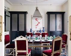Love the red velvet chairs and black cabinets. Espacios, casas | Nuevo Estilo revista de decoración