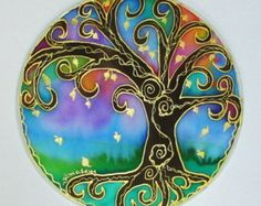 . HECHO a pedido * el árbol de la sabiduría Mandala es para recordarnos que aunque nos arraigamos en este mundo nuestra verdadera sabiduría viene desde el corazón y tenemos la capacidad para estirar a nosotros mismos en el campo Universal de expandir nuestra conciencia en todo su potencial. Pintado a mano este mandala en un aro cubierto seda de 10 pulgadas en colores de negro, burnt umber, azules y morados. Los mandalas son buenas herramientas para la meditación y hacen regalos. Todos de mi…