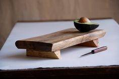 Bistro Cutting Board Rustic Serving Tray Wooden Platter Maple Footed Cheese Board Gift for Foodies. Reminds me of a sushi plate. Literally would use it for an all around cutting board. Wooden Platters, Wood Tray, Rustic Serving Trays, Serving Platters, Serving Board, Diy Cutting Board, Wood Cutting Boards, Chopping Boards, Diy Wood Projects