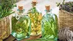 Jak udělat domácí ocet z bylin a koření? Seznam rostlin, které se hodí do octa. Herbal Magic, Herbal Oil, Lotion Recipe, Host Gifts, Infused Oils, Carrier Oils, Massage Oil, Natural Home Remedies, Vinegar
