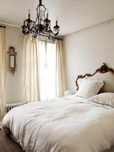 Camera da letto in stile parigino Parisian Style Bedrooms, Parisian Bedroom Decor, Vintage Bedroom Decor, Trendy Bedroom, Parisian Chic Decor, French Bedrooms, Vintage Bedrooms, Paris Bedroom, Scandinavian Bedroom