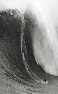 surfing big waves  | photography black & white . Schwarz-Weiß-Fotografie . photographie noir et blanc |