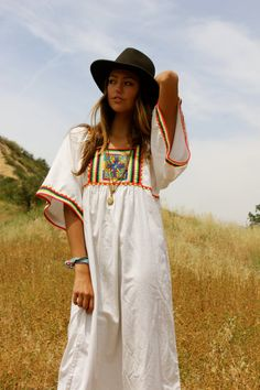 Dresses Get latest bohemian maxi dress with sleeves. We've got a serious style crush on the maxi dress. Join us and shop womens maxi dresses Hippie Party, Boho Chic, Bohemian, Mexican Embroidery, Boho Fashion, Wild Fashion, Wild Style, Maxi Dress With Sleeves, Country Girls