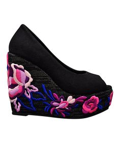 Get above it all with this high-flying wedge. Floral embroidery adds a feminine flair to the soaring heel, while a woven upper creates earthy appeal. 5.25'' heel with 2'' platformCanvas upperMan-made soleImported