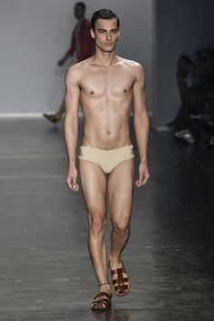 Trajes de baño para disfrutar del sol y de la arena es la propuesta de Amir Slama en la semana de la moda de Sao Paulo