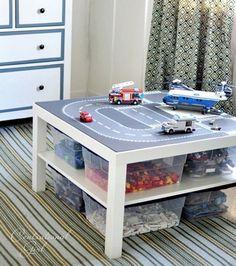 Une salle de jeux avec une table basse pour le circuit de voiture