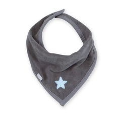 Een antraciet grijze bandana of zever slabbetje van het merk Bemini. Dit praktische slabbetje is niet alleen praktisch maar geeft ook een stijlvolle look aan uw kindje. deze banadana heeft een printje van een blauwe ster. Sluiting met een druk knoop.
