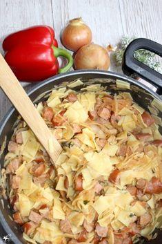 Obiadowe łazanki z paprykowo pomidorową nutą Lubicie łazanki? My bardzo. Chwila przygotowań, kilka prostych składników i obiad gotowy. Taka porcja łazanek spokojnie starczy dla dużej rodziny lub na obiad na dwa dni. Czy jest, to podstawowy przepis na łazanki? Zdecydowanie nie ;) Uwielbiam urozmaicać znane i lubiane dania. Dziś dodałam trochę przypraw, przecieru, dużo kiełbasy i... wyszło naprawdę pysznie. Spróbujcie, polecam i Wam takie obiadowe łazanki z paprykowo pomidorową nutą. Makaron, ... Kitchen Recipes, Wine Recipes, Pasta Recipes, Cooking Recipes, B Food, Food Porn, Good Food, Yummy Food, Easy Food To Make
