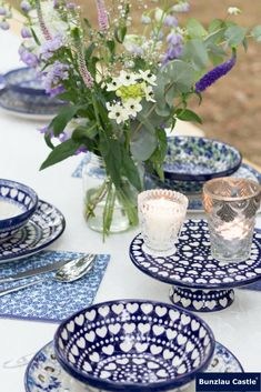 Bunzlau Castle|| Outdoor wedding Bunzlau Castle® tableware is made by hand. Each ceramic form passes through at least fifteen pairs of hands! #Handmade #quality #polishpottery #madeineurope #love #bunzlaucastle #home #kitchen #tabletop #ceramics #blue #flowers #wedding #outdoor #outdoorwedding #love