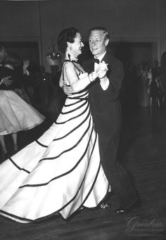 Duke and Duchess of Windsor dancing at the Greenbrier, White Sulphur Springs, W. Wallis Simpson, Duke And Duchess, Duchess Of Cambridge, Eduardo Viii, Edward Windsor, Christian Dior, Reine Victoria, English Royalty, England