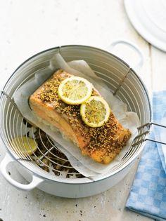 Recette saumon fumé en cocotte par La : Une recette proposée par les cocottes Le Creuset®..Ingrédients : saumon, citron, fenouil