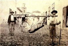 Transportando a un turista en Puerto de la Cruz.Principios de 1900.