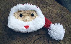 Gorro confeccionado em.crochê em fio antialérgico  Detalhes carinha de papai noel  Cor vermelho e branco  Tamanhos RN/ 1 a 3/ 3 a 6/ 6 a 9 meses