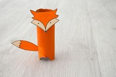 Plier la languette de la tête du renard au niveau des pointillés. Coller la languette à l'intérieur du tube. Coller la queue du renard.