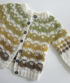 Barnejakka Villsauene på Runde by The Needle Lady - children& knit cardigan with cute sheep colorwork design! Barnejakka Villsauene på Runde by The Needle Lady - childrens knit cardigan with cute sheep colorwork design! Knitting For Kids, Baby Knitting Patterns, Knitting Projects, Ravelry, Pull Bebe, How To Purl Knit, Fair Isle Knitting, Fashion Mode, Baby Sweaters