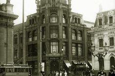 """Vista del edificio y la juguetería, hacia 1930.     Coordenadas: 33°26'13.8""""S 70°39'05.2""""W   Lo peor de las pérdidas irreparables es... Multi Story Building, Street View, Community, Big Doors, Bazaars, Architects, Buildings"""