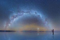 特に都会で暮らしていると、夜でも明るいのが当たり前で、「完璧な闇」はなかなかお目にかかれません。そんな闇を求めて旅をしたのが、物理学を学んでいた写真家、Daniel Kordanさん。撮影場所は、世界中から人気の観光スポット、ボリビアのウユニ塩湖です。満天の星空が反射して、空と湖の境目が分からないほどになったウユニ塩湖の美しさには、思わず声を失います。