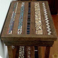 Mesa de madera con retazos de azulejos incrustados