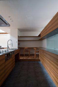 インテリアの一部として設計・造作されたキッチンは収納スペースも充実。 一角には子どもの勉強コーナーも設けた #ペニンシュラキッチン #カップボード #食器棚 #収納 #書斎 #スタディスペース Fashion Room, Kitchen Interior, House Design, Modern, Astronomy, Inspiration, Furniture, Angels, Home Decor