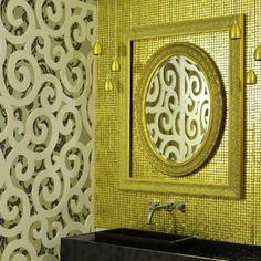 Nos Lavabos de Luxo, projeto da arquiteta Maria Aparecida Cury Figueiredo, as pastilhas que revestem a parede são feitas de ouro de 8k (Mosarte). Casa Cor Santa Catarina