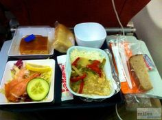 Abendessen - Hühnchen in Curry Sauce mit grünen und roten Paprikastreifen, Brokkoli und Reis - Check more at https://www.miles-around.de/trip-reports/economy-class/aeroflot-airbus-a330-200-economy-class-moskau-nach-hanoi/,  #A330-200 #Aeroflot #Airbus #Airport #avgeek #Aviation #EconomyClass #Flughafen #HAN #Hanoi #Moskau #SVO #Trip-Report #Vietnam