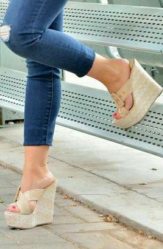 25 botas de sapato que toda garota deveria ter - Pantolette - Cute Wedges Shoes, Cute Shoes Boots, Womens Shoes Wedges, Women's Shoes, Shoe Boots, Golf Shoes, Studded Heels, Wedge Heels, High Heels