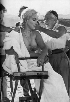 "Marilyn Monroe having her hair done by Agnes Flanagan while filming ""The Misfits"", 1960 Rare Marilyn Monroe, Marilyn Monroe Photos, Mode Blake Lively, Cinema Tv, Shoulder Tattoos For Women, Classic Actresses, Norma Jeane, Misfits, Celebs"