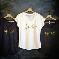 Bridal Party v-Neck Shirt Set---  Nos chemises imprimées personnalisées sont…