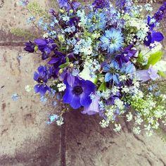 Spring Flowers 9 Ways - Natural garden flowers Spring Wedding Flowers, Wedding Colors, Wedding Bouquets, Spring Weddings, Wedding Ideas, Blue Flowers Bouquet, Natural Bouquet, Natural Garden, Pansies