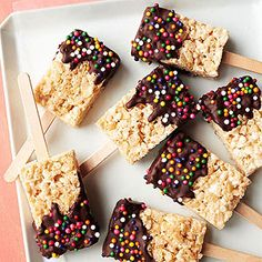 Try out a new twist on Rice Krispie treats for your next bake sale or even as an after school snack! Turn Rice Krispie bars into a mess-free dessert for kids. Rice Crispy Pops, Rice Crispy Treats, Yummy Treats, Sweet Treats, Mini Desserts, Just Desserts, Delicious Desserts, Dessert Recipes, Yummy Food