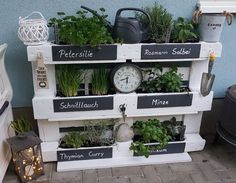 Herbal high bed from a palette; Herbal high bed from a palette; The post herb high bed from a palette; appeared first on garden ideas. Raised Garden Beds, Raised Beds, Pallet Furniture, Garden Furniture, Furniture Projects, Furniture Redo, Deco Champetre, High Beds, Diy Projects For Beginners