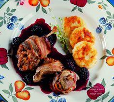 Hozzávalók: 8 konyhakész vadkacsacomb (kb. 50 dkg), 1 dl olaj a pácoláshoz, 10 dkg kicsontozott vadkacsahús, 1 zsemle, 1 tojás, 5 dkg dió, só, őrölt fekete bors, 8 vékony szelet húsos szalonna (sliced bacon) a burgonyapogácsához 30 dkg ... Desk, Dishes, Ethnic Recipes, Food, Desktop, Table Desk, Tablewares, Essen, Meals